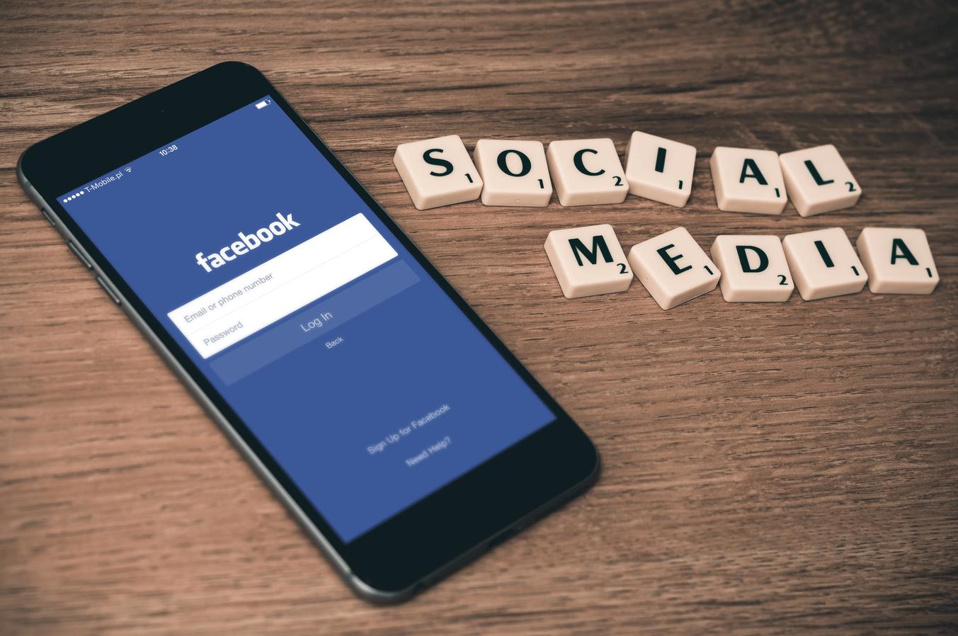 Des lettres et un téléphone représentant les réseaux sociaux